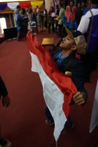 Dengan Bangga, Sahabat Anjas mengibarkan bendera merah putih di dadanya usai berkompetisi PKM Internasional