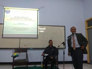 Penyampaian materi dari Bapak Dr. Syakban Rosidi bersama Moderator sekaligus Direktur BP2J PC PMII Kota Malang, Imam Ropi'i,S.Pd